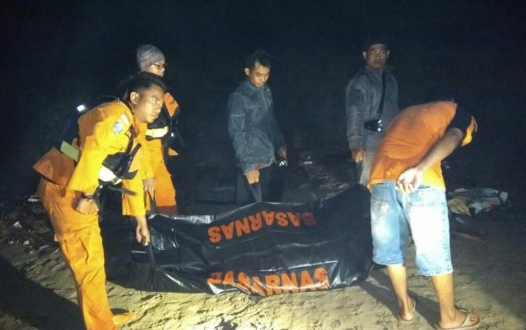 Satu orang nelayan KM Barokah atas nama Rudi (30) yang dilaporkan hilang ditemukam tim SAR Gabungan dini hari tadi, dalam kondisi sudah meninggal. (Foto: TitikNOL)
