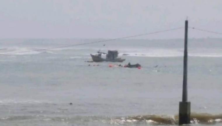 Kapal Motor Si Orange yang terbalik dan tenggelam dihantam ombak perairan Binuangeun. (Foto: TitikNOL)