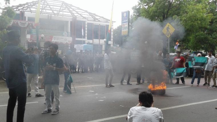 Puluhan mahasiswa yang tergabung di Himpunan Mahasiswa Islam (HMI) Cabang Kabupaten Lebak, menggelar aksi unjukrasa di depan kantor Kejari Lebak. (Foto: TitikNOL)