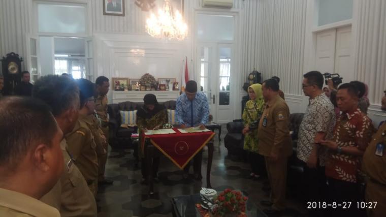 Wali Kota Bandung Ridwan kamil dan Bupati Lebak Iti Octavia Jayabaya, saat menandatangani MoU. (Foto: TitikNOL)
