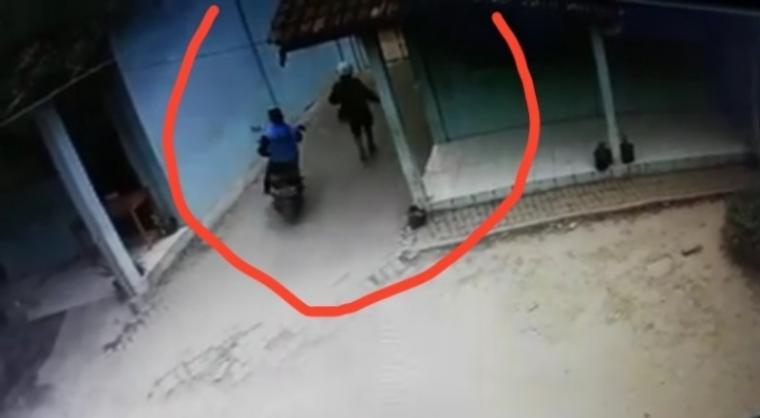Pelaku Pencurian kendaraan bermotor yang Terekan CCTV. (Foto: TitikNOL)