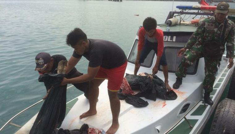 Panitia dari Keluarga Besar Maritim Banten saat menyalurkan daging kurban ke pulau-pulah terpencil. (Foto: TitikNOL)