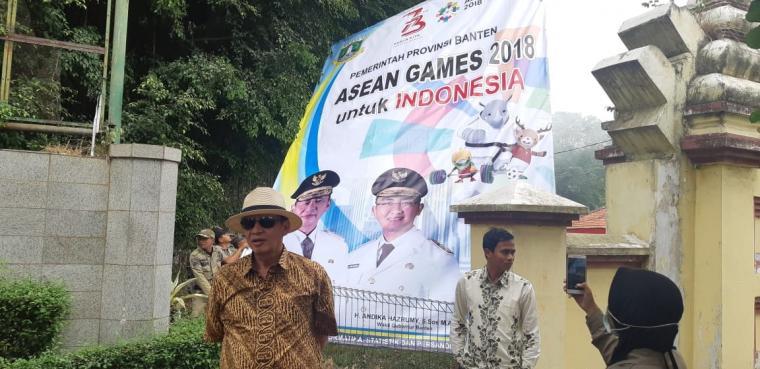 Gubernur Banten Wahidin Halim, mencopot langsung spanduk Asian Games 2018 yang salah ketik. (Foto: TitikNOL)