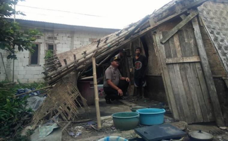 Rumah Milik Daswan, 35 pekerja buruh serabutan yang hanya berdinding papan dan bilik serta berlantai tanah ambruk. (Foto: TitikNOL)