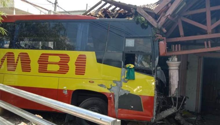 Bus Arimbi menabrak rumah warga di Kelurahan Mekarsari, Kecamatan Pulomerak, Kota Cilegon. (Istimewa)