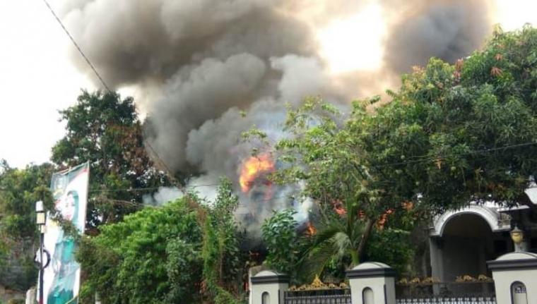 Rumah kosong yang terbakar di Lingkungan Kidang, Kecamatan Sumur Pecung, Kota Serang, Rabu (29/8/2018). (Foto: TitikNOL)