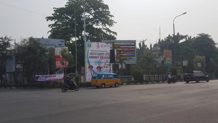 Spanduk Asian Games 2018 yang terpasang di salah satu jalur alteri di Kota Serang. (Foto: TitikNOL)