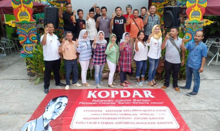 Sejumlah relawan dari 15 organisasi menggelar Kopdar di salah satu rumah makan di Kota Serang. (Foto: TitikNOL)