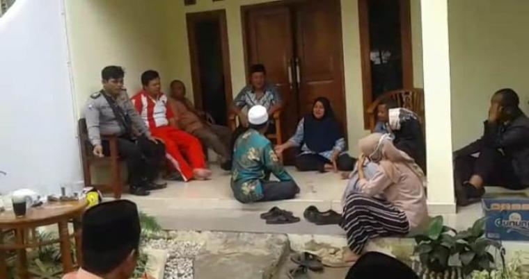 Suasana musyawarah antara pemilik kerbau kurban yang mengamuk denga pihak korban yang digelar di kediaman Hendriana di Kampung Oteng, Desa Padasuka, Kecamatan Warunggunung, Lebak - Banten. (Foto: TitikNOL)
