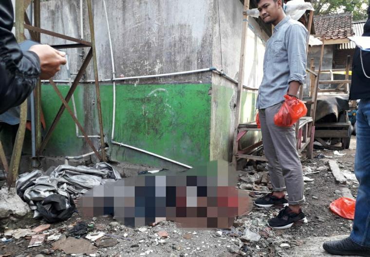 Sesosok mayat pria yang belum diketahui identitasnya ditemukan di Terminal Kalijaga - Rangkasbitung. (Foto: TitikNOL)