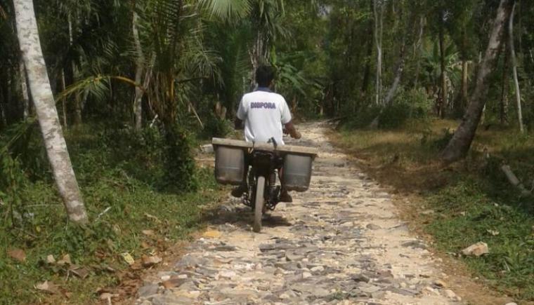 Pembangunan JUT di Desa Ciparahu, Kecamatan Cihara yang disoal pengiat anti korupsi di Kabupaten Lebak. (Foto: TitikNOL)