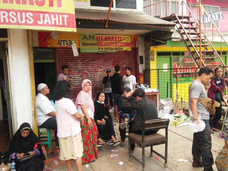 Warga korban eksekusi bangunan di Jalan Juanda, RT 02 RW 04, Cempaka Putih, Ciputat, Kota Tangerang Selatan. (Foto: TitikNOL)