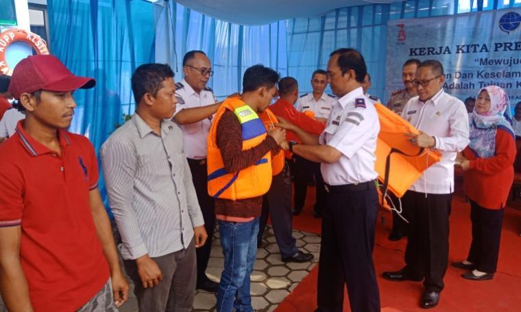 Kepala Kantor Unit Penyelenggara Pelabuhan Kelas III Karangantu, Amarullah Djamil saat memberikan bantuan life jaket secara simbolis kepada nelayan. (Foto: TitikNOL)