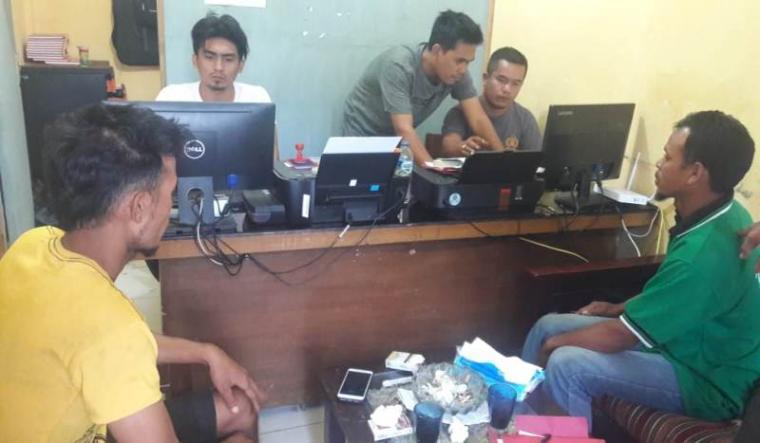 Para pelaku curat saat diperiksa unit reskrim Polsek Panggarangan. (Foto: TitikNOL)