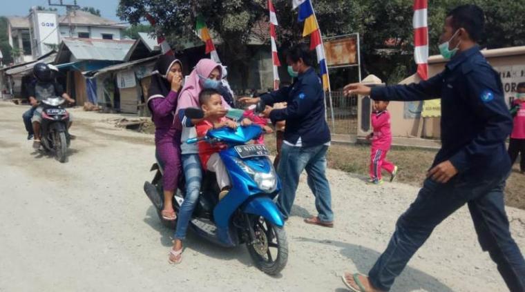Aksi bagi - bagi 1000 Masker antispasi Ispa akibat jalan berdebu oleh mahasiswa asal Kecamatan Muncang yang tergabung di FKMM. (Foto: TitikNOL)
