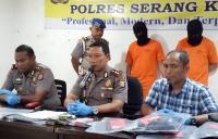 Petugas kepolisan memeriksa sejumlah kendaraan yang dicurigai setelah keluar dari Gerbang Tol Serang Timur (Herlina)