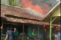 Api tampak berkobar di bangunan kios yang terbakar. (Foto: Ist)