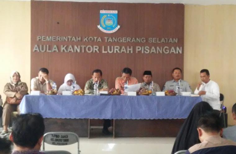 Pertemuan pihak korban dan Pemkot Tangerang Selatan di Aula Kelurahan Pisangan, Ciputat. (Foto: TitikNOL)