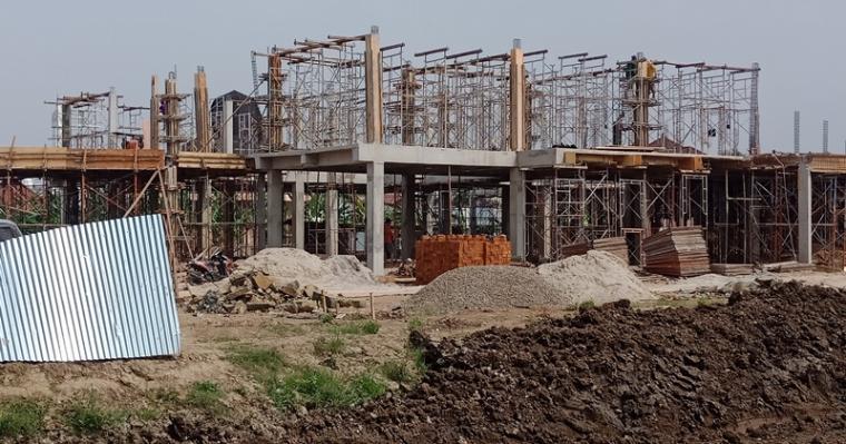 Proyek pembangunan gedung Badan Perizinan Terpadu dan Penanaman Modal (BPTPM) Kota Cilegon yang mengalami keterlambatan. (Foto: TitikNOL)