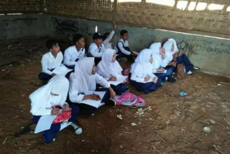 Sejumlah siswa di Madrasah Tsanaiwah (Mts) dan Madrasah Aliah (MA) pilial Mathlaul Anwar di Kampung Sariak Layung, Desa Pecangpari, Kecamatan Cigemblong, Kabupaten Lebak. (Foto: TitikNOL)