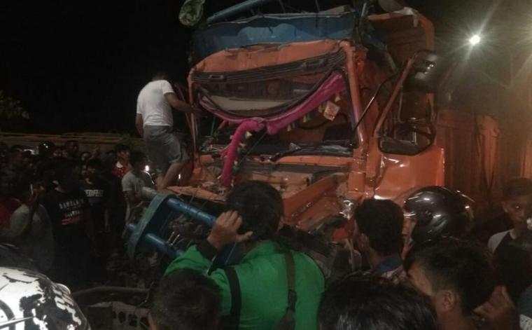 Truk fuso yang terlibat kecelakaan beruntun di JLS Cilegon. (Foto: TitikNOL)