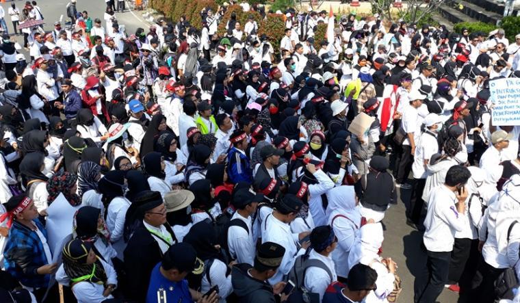 Tenaga kerja honorer Kategori Dua (K2) dan non K2 se Provinsi Banten, melakukan aksi unjuk rasa di depan Kantor Pusat Pemerintahan Provinsi Banten (KP3B), Selasa (18/9/2018). (Foto: TitikNOL)