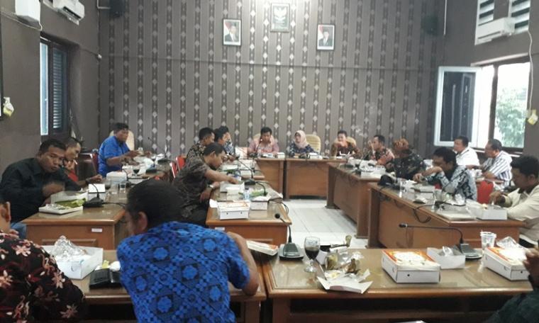 Suasana audiensi pengurus dan anggota Apdesi dengan ketua dan sejumlah anggota DPRD Kabupaten Lebak. (Foto: TitikNOL)