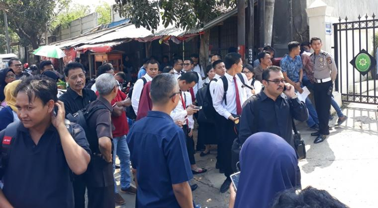 Sejumlah Pegawai PN Serang saat di evakuasi Petugas Gegana Brimob Polda Banten. (Foto: TitikNOL)