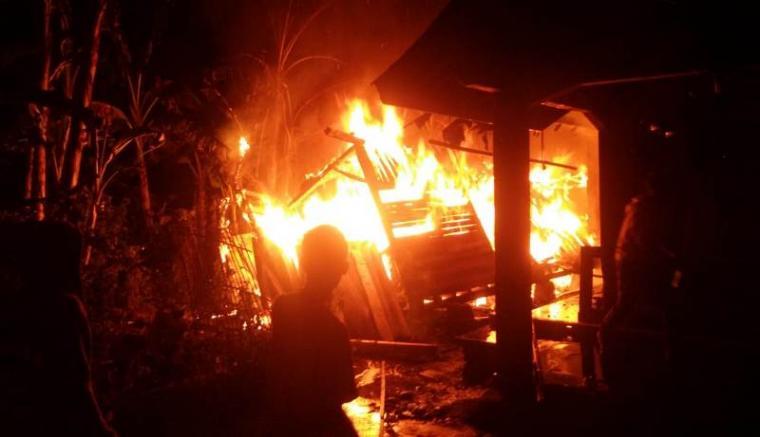 Korsleting listrik satu bangunan majlis taklim dan satu rumah terbakar di Lebak - Banten. (Foto: TitikNOL)