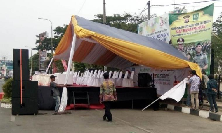 Tenda tamu kehormatan kirab seni budaya Anyer Krakatau Culture Festival (AKCF) Kabupaten Serang, di depan area Pendopo Pemkab Serang ambruk. (Foto: TitikNOL)