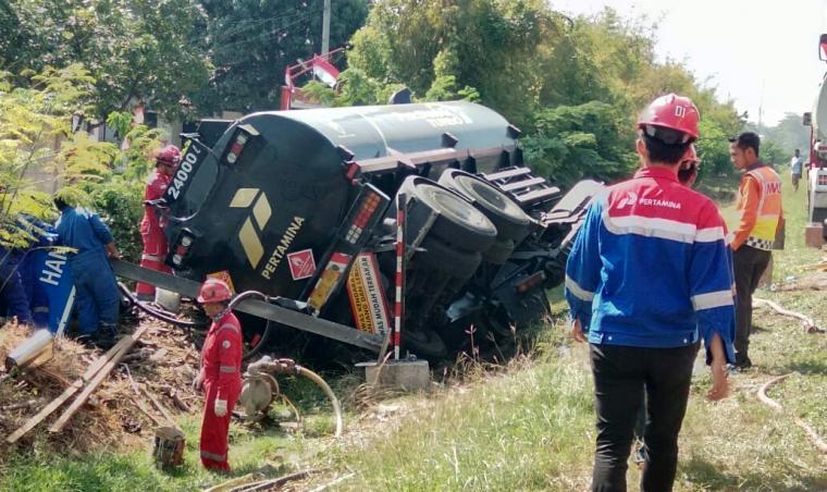 Truk tanki BBM yang menabrak truk muatan kayu terguling di KM 91 Tol Tangerang - Merak. (Foto: TitikNOL)