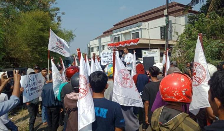 Aksi unjuk rasa di depan kantor Komisi Pemilihan Umum (KPU) Provinsi Banten di Serang, Jum'at (7/9/2018).