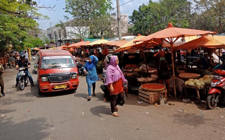 Para pedagang yang berjualan di bahu jalan Pasar Kranggot Cilegon. (Foto: TitikNOL)