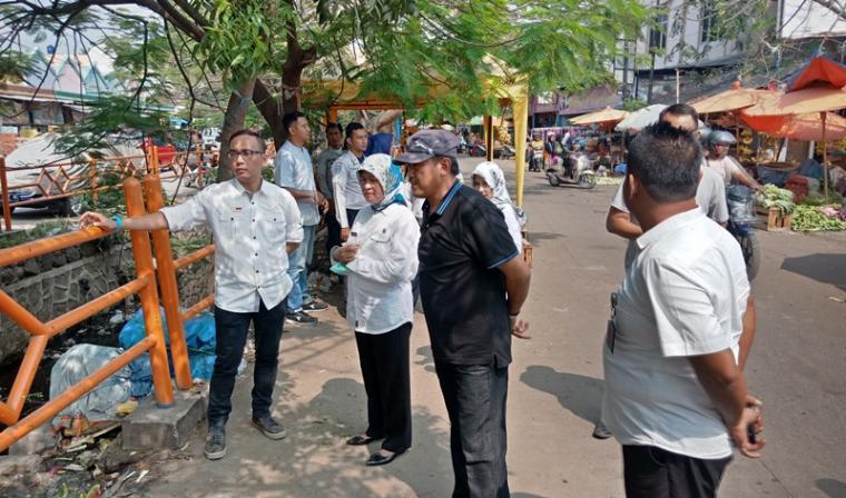 Anggota DPRD Cilegon Rahmatullah (jam biru) saat melakukan sidam di Pasar Kranggot. (Foto: TitikNOL)