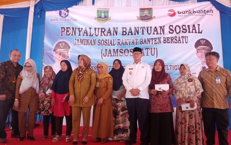Gubernur Banten Wahidin Halim foto bersama usai menyalurkan bantuan sosial Jamsosratu di Rumah Dinas Walikota Cilegon. (Foto: TitikNOL)