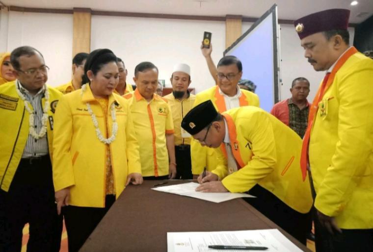 Dewan Pertimbangan Partai Berkarya, Titiek Soeharto dan Sekjen Partai Berkarya, Priyo Budi Santoso, saat menyaksikan fakta integritas caleg se Banten di Hotel The Royale Krakatau Cilegon. (Foto: TitikNOL)