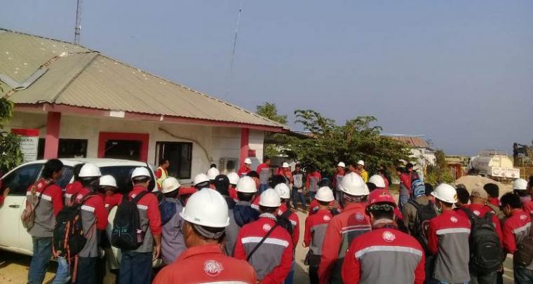 Ratusan pekerja di pabrik semen merk Merah Putih milik PT Cemindo Gemilang yang berlokasi di Desa Darmasari, Kecamatan Bayah, Kabupaten Lebak (Foto: TitikNOL).