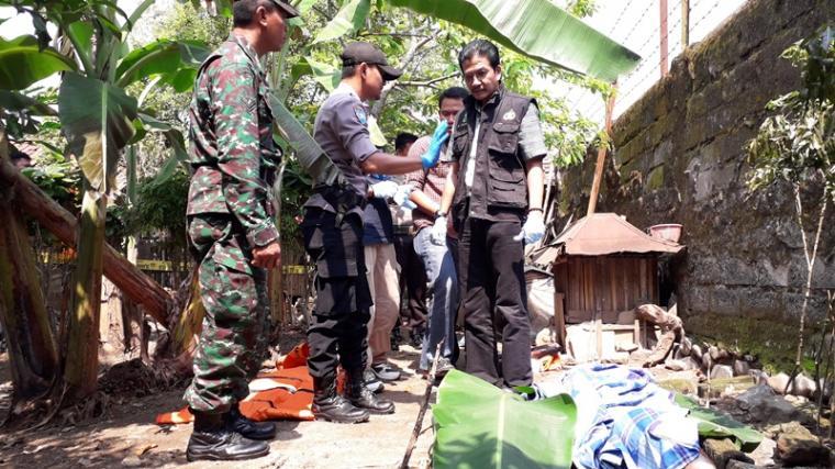 Jasad Sutiah ditemukan suaminya di belakang rumah dekat kandang ayam dalam kondisi mengenaskan sekujur tubuh hangus dan penuh luka bakar. (Foto: TitikNOL)