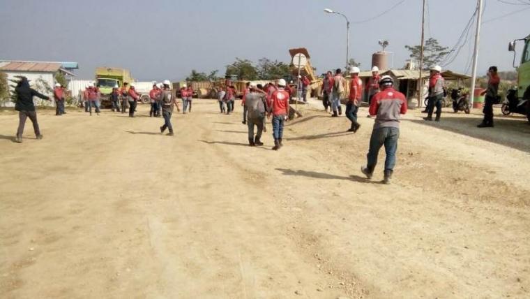 Aksi unjukrasa sejumlah pegawai PT Cemindo Gemilang. (Foto: TitikNOL)