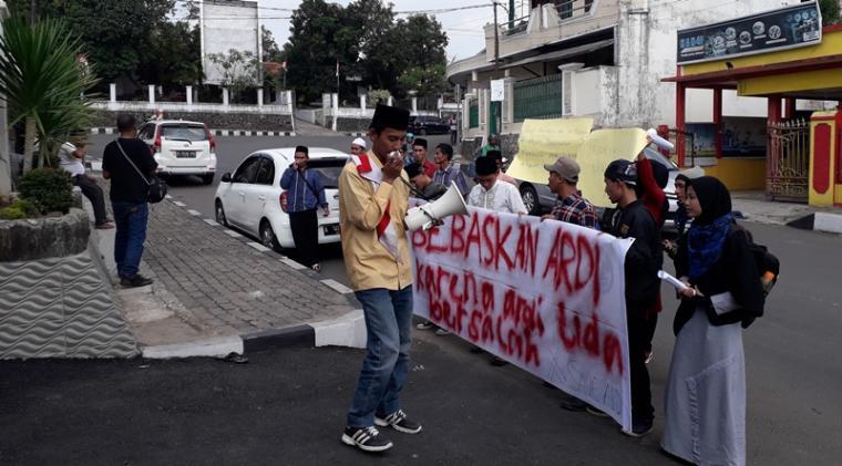 Puluhan masaa AMPS mengelar aksi unjuk rasa di depan kantor PN Rangkasbitung, mereka mendesak majlis hakim yang penangani persidangan perkara tindak pidana kekerasan membebaskan terdakwa (Ardi) karena tidak bersalah. (Foto: TitikNOL)