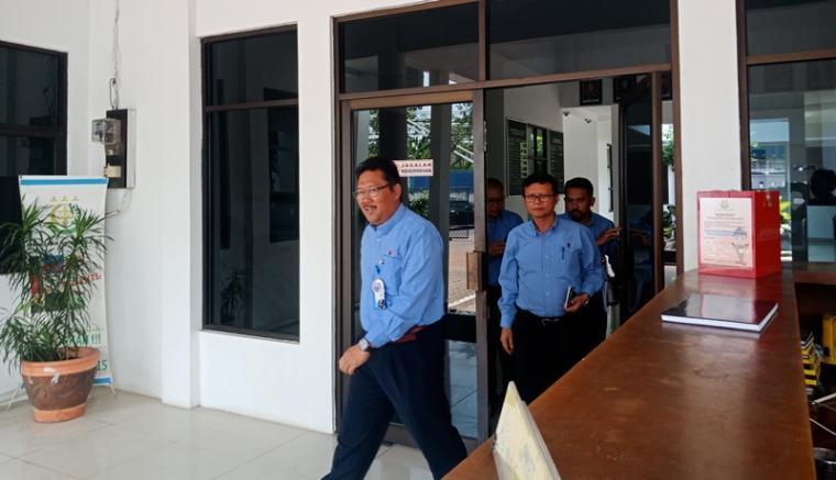 Agus Nizar Vidiansyah didampingi tim legal dan sejumlah pejabat PT KTI keluar dari kantor Kejaksaan Negeri Cilegon usai menjalani pemeriksaan. (Foto: TitikNOL)