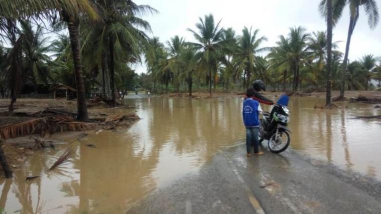 Kondisi ruas jalan provinsi Banten (Cibayawak - Sawarna) yang tergenang air dikeluhkan warga dan pengguna jalan. (Foto: TitikNOL)