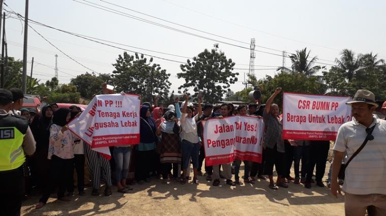 Ratusan warga Kecamatan Cibadak, Kabupaten Lebak menggelar aksi demo di lokasi proyek pembangunan jalan tol di Desa Bojongleles, Kecamatan Cibadak tuntut libatkan pengusaha lokal. (Foto: TitikNOL)