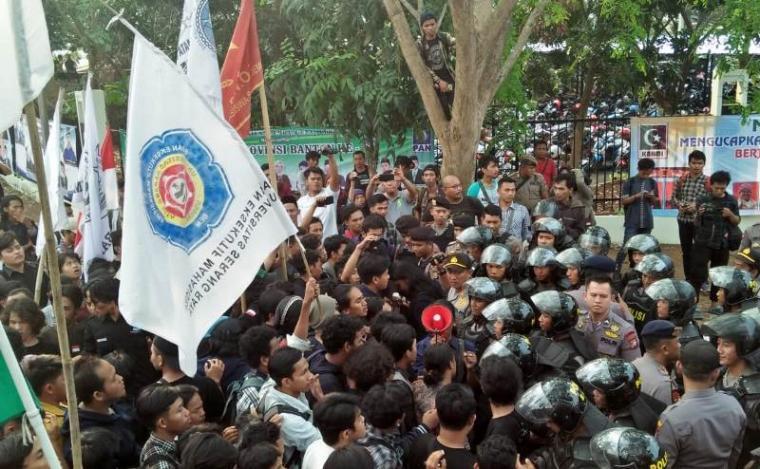 Mahasiswa dan polisi ricuh saat demo HUT Banten ke-18 di depan Gedung DPRD Banten, Kamis (4/10/2018). (Foto: TitikNOL)