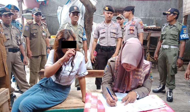 Petugas Satpol PP saat mendata penguni kosan di wilayah Gerem yang tidak memiliki keterangan domisoli. (Foto: TitikNOL)
