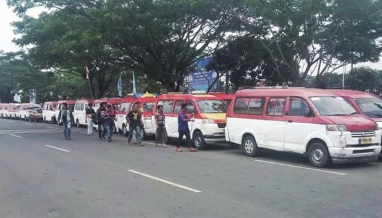 Angkot merah putih trayek Serang - Balaraja yang tergabung dalam organisasi transportasi angkutan umum (Ortakum). (Dok: Poskota)