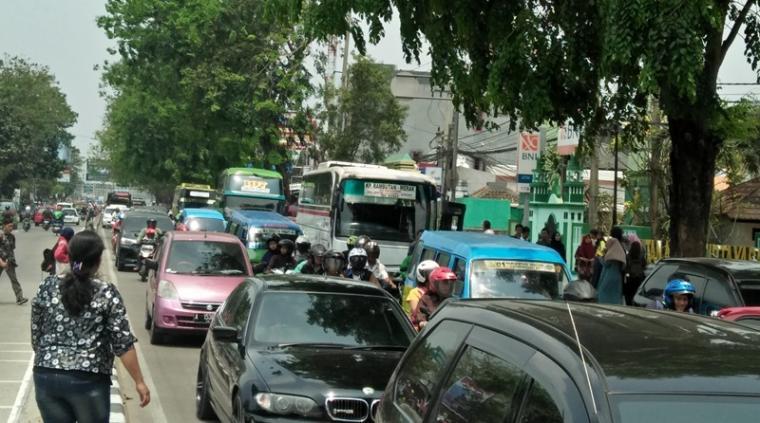 Kemacetan di depan kampus Untirta yang disebabkan bus ngetem. (Foto: TitikNOL)