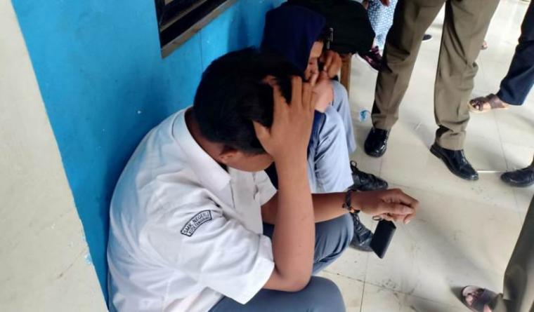 Dua pelajar SMK di Kota Tangerang saat ditemukan teler di GOR Dimyati, Kota Tangerang. Keduanya diduga telah mengonsumsi narkotika jenis tembakau gorila. (Foto: TitikNOL)