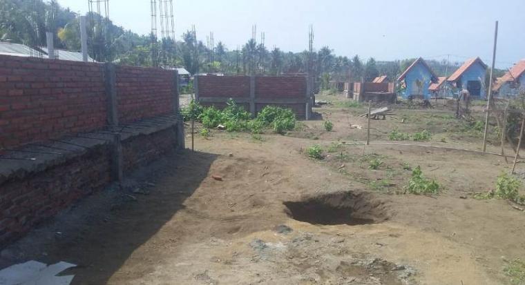 Pembangunan pasar Sawarna diduga gunakan material proyek asal-asalan. (Foto: TitikNOL)