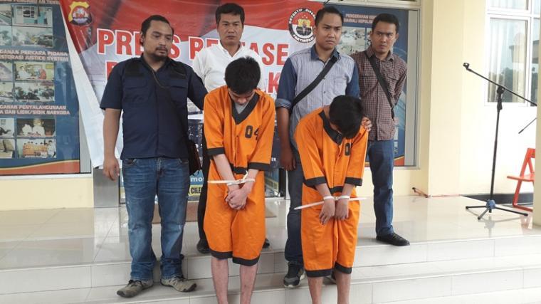 Dua pemuda, tersangka pelaku penadah hasil curanmor dan pencurian emas ditangkap dan diamankan Polsek Rangkasbitung. (Foto: TitikNOL)
